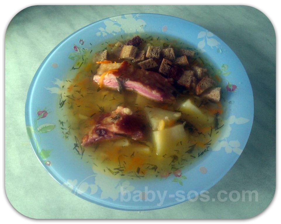 суп гороховий з грінками, з копченими ребрами рецепт